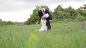 Bruid en bruidegomhuwelijk in park stock video