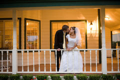 Bruid en bruidegomkus royalty-vrije stock afbeelding