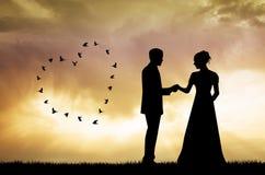Bruid en bruidegomsilhouet bij zonsondergang Royalty-vrije Stock Afbeeldingen