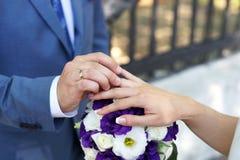 Bruid en bruidegomuitwisselingstrouwringen Royalty-vrije Stock Foto's