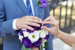 Bruid en bruidegomuitwisselingstrouwringen Stock Foto's