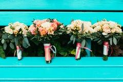 Bruid en bruidsmeisjeshuwelijksboeketten met rozen en andere stroom Royalty-vrije Stock Foto's
