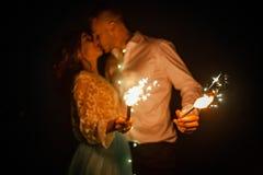 Bruid en de lichten van Bengalen van de van de bruidegomkus en brandwond bij nacht close-up royalty-vrije stock foto's
