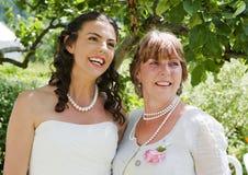 Bruid en haar Moeder die van een stil ogenblik genieten Royalty-vrije Stock Afbeelding