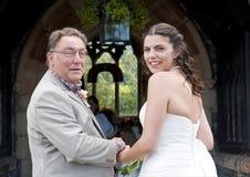 Bruid en haar Vader die bij de kerk aankomen Stock Foto