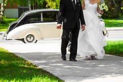 Bruid en haar Vader Entering binnen de Kerk royalty-vrije stock foto's
