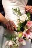 Bruid en het Boeket van het Huwelijk Stock Foto