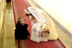 Bruid en weinig jongen Stock Foto's