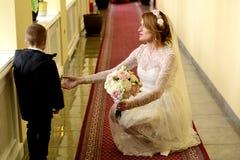 Bruid en weinig jongen Stock Afbeeldingen