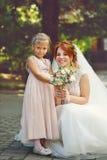 Bruid en weinig zuster Royalty-vrije Stock Afbeeldingen