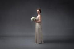 Bruid gelukkig met bloemen op hand royalty-vrije stock foto's