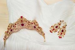 Bruid gouden kroon met het glanzen brilliants op huwelijkskleding stock foto