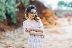 Bruid in haar ondergoed en een peignoir Royalty-vrije Stock Foto's