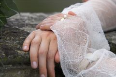 Bruid, handen en parel royalty-vrije stock afbeeldingen