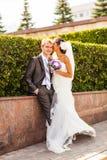 Bruid het fluisteren geheim in het oor van de bruidegom Royalty-vrije Stock Foto's