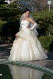 Bruid in het park stock fotografie