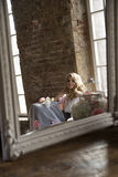 Bruid het stellende nadenken in uitstekende spiegel Stock Afbeelding