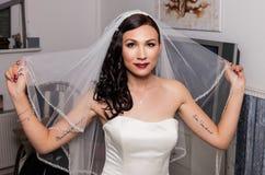 Bruid in het voorbereidingen treffen voor het huwelijk Stock Foto