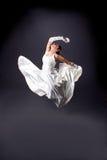 Bruid in het witte kleding dansen Stock Foto
