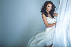 Bruid in het witte kleding stellen Royalty-vrije Stock Afbeeldingen