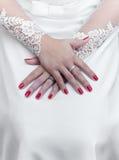 Bruid in huwelijk met gevouwen handen en rode vingernagels Stock Afbeelding