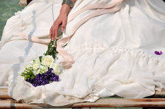Bruid in huwelijkskleding en boeket Royalty-vrije Stock Foto's
