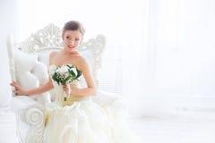 Bruid in huwelijkskleding met bloemen en trap Royalty-vrije Stock Foto's