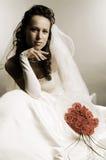Bruid in huwelijkskleding met bos van rozen stock foto