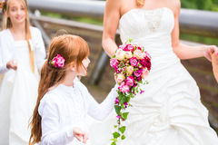 Bruid in huwelijkskleding met bruidsmeisjes op brug Stock Foto's