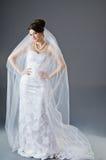 Bruid in huwelijkskleding in studio Stock Foto