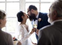 Bruid Kussende Bruidegom Wedding Reception stock foto