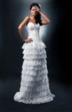 Bruid in lange huwelijkskleding. Stock Foto