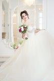 Bruid in luxebinnenland in paleis Huwelijk, aantrekkelijk brunette Royalty-vrije Stock Fotografie