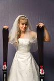 Bruid met alpiene skis Stock Foto