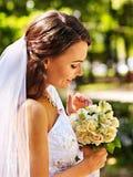 Bruid met bloem openlucht Stock Afbeeldingen