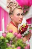 Bruid met boeket en ongebruikelijke make-up Royalty-vrije Stock Afbeeldingen