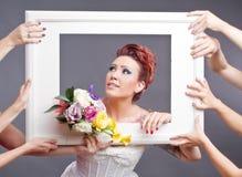 Bruid met boeket in frame Stock Afbeelding
