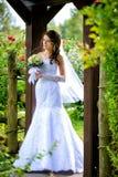 Bruid met boeket in openlucht Stock Afbeelding