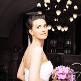 Bruid met boeket van bloemenbinnenland Royalty-vrije Stock Fotografie