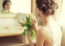 Bruid met boeket van witte tulpen Stock Afbeeldingen