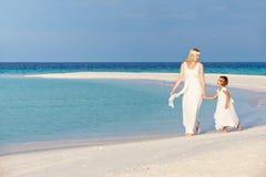 Bruid met Bruidsmeisje bij het Mooie Huwelijk van het Strand Stock Fotografie
