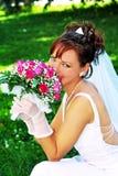 Bruid met de bos van bloemen Stock Foto