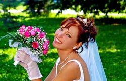 Bruid met de bos van bloemen Stock Foto's