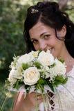 Bruid met een bos van bloemen Stock Fotografie