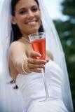 Bruid met een cocktail Stock Fotografie