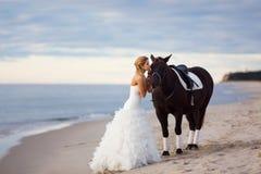 Bruid met een paard door het overzees Royalty-vrije Stock Foto