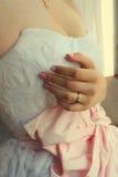 Bruid met een trouwring op zijn hand Stock Afbeelding