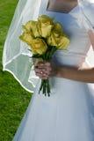 Bruid met haar bloemen Royalty-vrije Stock Fotografie
