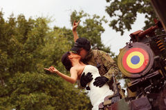 Bruid met haar bruidegom die legerkostuum dragen Royalty-vrije Stock Afbeelding