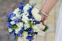Bruid met huwelijksboeket Stock Afbeeldingen
